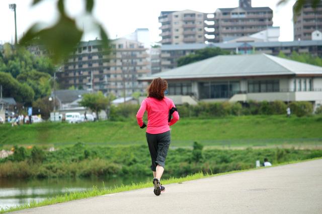 走る女性2